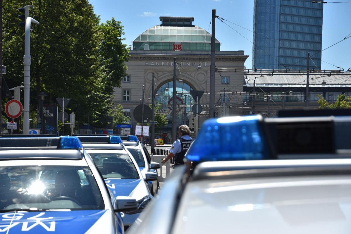 A6, Mannheim / Neuostheim: Mazda prallt Frontal auf Anpralldämpfer - Fahrzeugführerin schwer verletzt