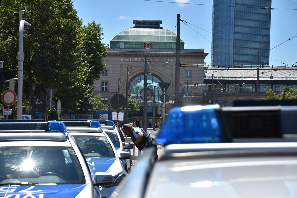 Mannheim-Innenstadt: Gruppe junger Männer greift zwei Passanten an - Zeugen gesucht!