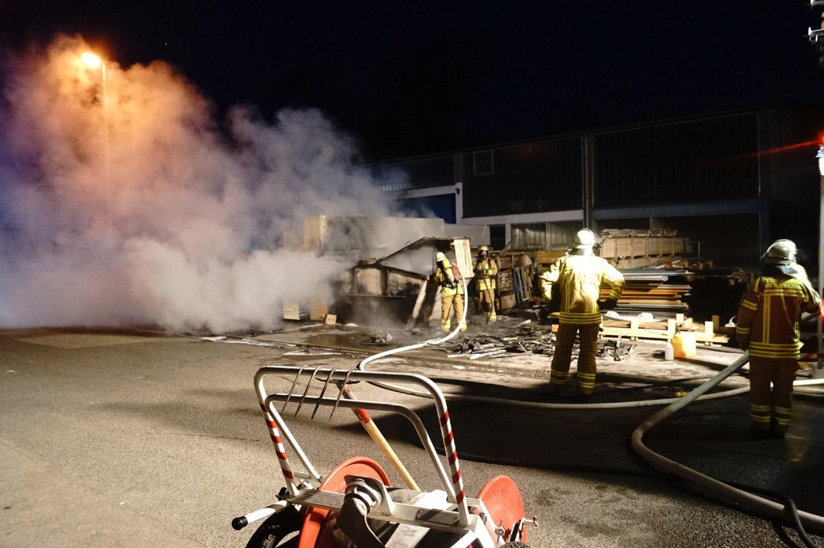 Kurioser Brand: Transporter und Container brennen lichterloh in Neckargartach! (mit Fotostrecke)