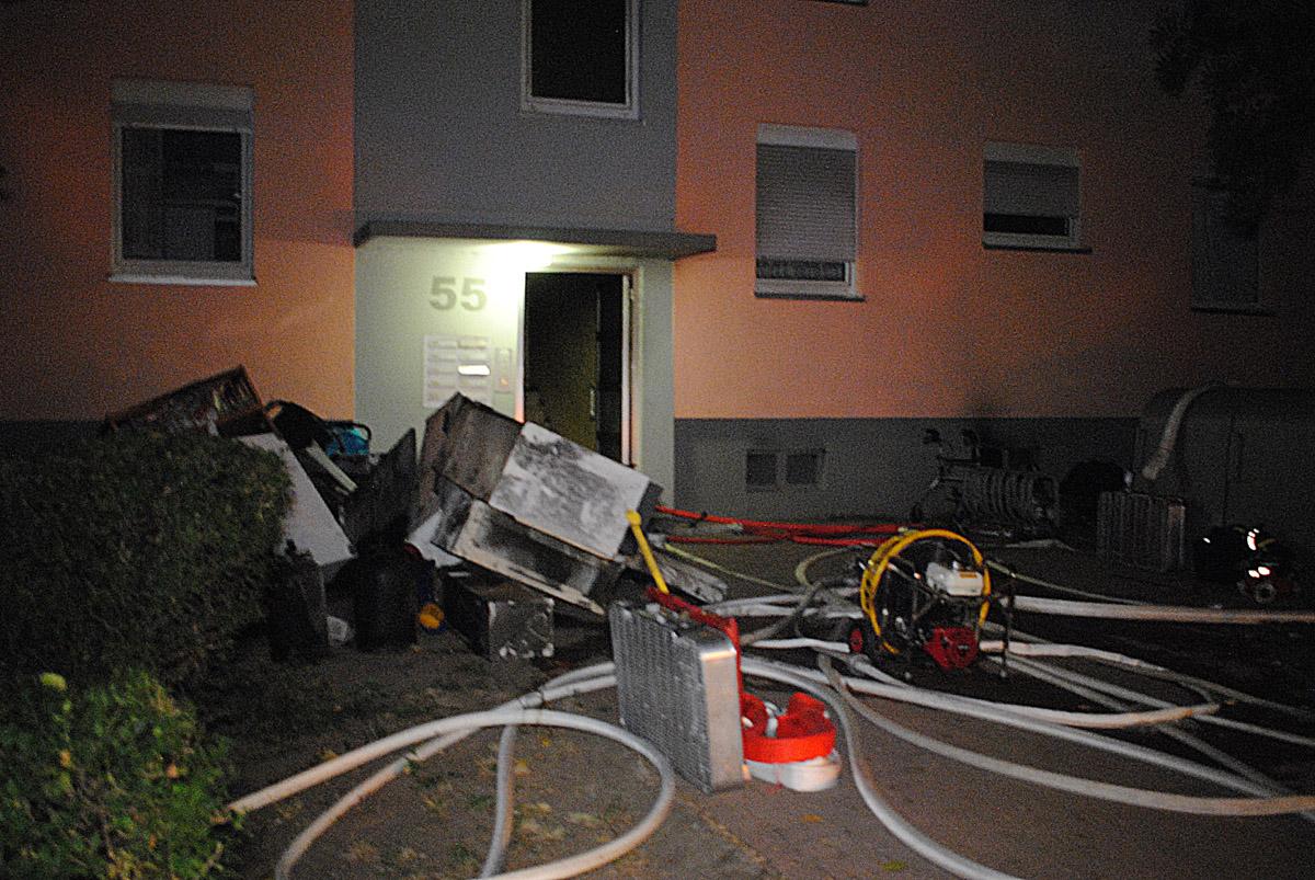 Mannheim-Hochstätt - Nach Kellerbrand in 4-stöckigem Wohngebäude mehrere Verletzte