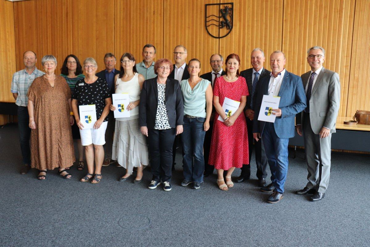 Landrat Stefan Dallinger gratuliert sieben Mitarbeiterinnen und Mitarbeitern zu 40 Jahre und sechs Mitarbeiterinnen zu 25 Jahre im Öffentlichen Dienst