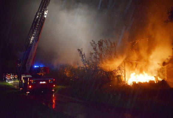Lobenfeld: Scheune nahe des Golfplatzes brennt in voller Ausdehnung