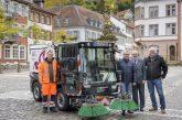 Erste elektrische Kehrmaschine Heidelbergs in der Altstadt im Einsatz