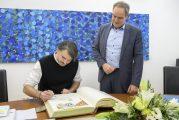 Schriftsteller Saša Stanišić trug sich in das Goldene Buch der Stadt Heidelberg ein