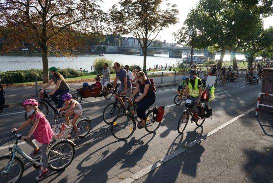"""""""Platz da für die nächste Generation!"""" Die Kidical Mass erobert mit ihren bunten Fahrraddemos die Straßen in Heidelberg und 99 weiteren Städten im ganzen Land und darüber hinaus"""