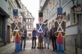 """Weinheimer Einzelhändler überraschen mit """"knackiger"""" Weihnachtsdeko in der City"""