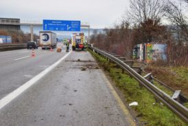 Lastwagen nach Irrfahrt auf A81 bei Weinsberg umgestürzt