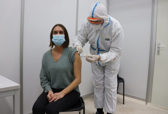 Schwetzingerin Ruth Frühauf erhielt am heutigen Sonntag, 27. Dezember, als Erste im Rhein-Neckar-Kreis die lang ersehnte Schutzimpfung gegen das Coronavirus / Zeitgleich starteten auch im Zentralen Impfzentrum auf PHV die ersten Impfungen