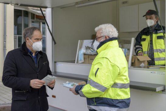 Kostenlose Masken: Oberbürgermeister Prof. Dr. Eckart Würzner beteiligte sich bei Ausgabe
