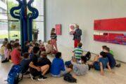 Fünfte Klasse des Bunsengymnasiums Heidelberg besucht die Ausstellung des Nußlocher Künstlers Clapeko van der Heide im Foyer des Landratsamts in Heidelberg