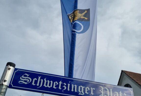 """Städtepartnerschaft Schwetzingen: """"Schönstes Bushäusl in ganz Bayern"""" am Schwetzinger Platz in Karlshuld eingeweiht"""