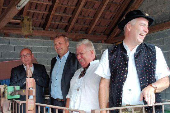 v.l. OB Pöltl, BM Lederer, Partnerschaftsreferent Schmeißer, Partnerschaftsbeauftragter Heinrich auf der Viehwaage beim Schätzspiel